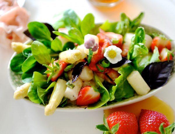 Spargel-Erbeer-Salat auf einem weißen Teller